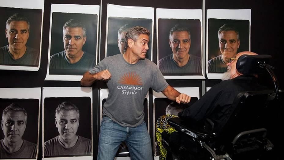 George Clooney nos bastidores do ensaio do fotógrafo Chuck Close com celebridades de Hollywood
