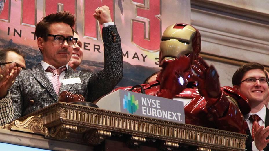 Robert Downey Jr. toca o sino de abertura da Bolsa de Nova York para promover seu novo filme Homem de Ferro 3