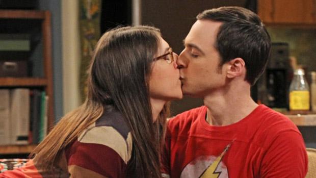 Amy (Mayim Bialik) beija Sheldon (Jim Parsons) em cena da série The Big Bang Theory