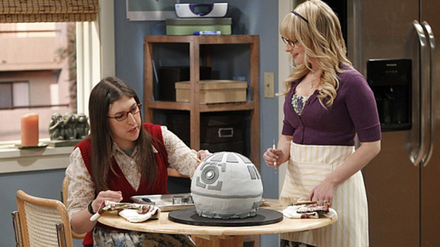Amy (Mayim Bialik) e Melissa Rauch (Bernadette) em cena da série The Big Bang Theory