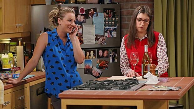 Penny (Kaley Cuoco) e Amy (Mayim Bialik) em cena da série The Big Bang Theory