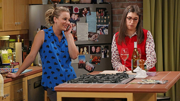 Penny (Kaley Cuoco) e Amy (Mayim Bialik) em cena da série Big Bang Theory