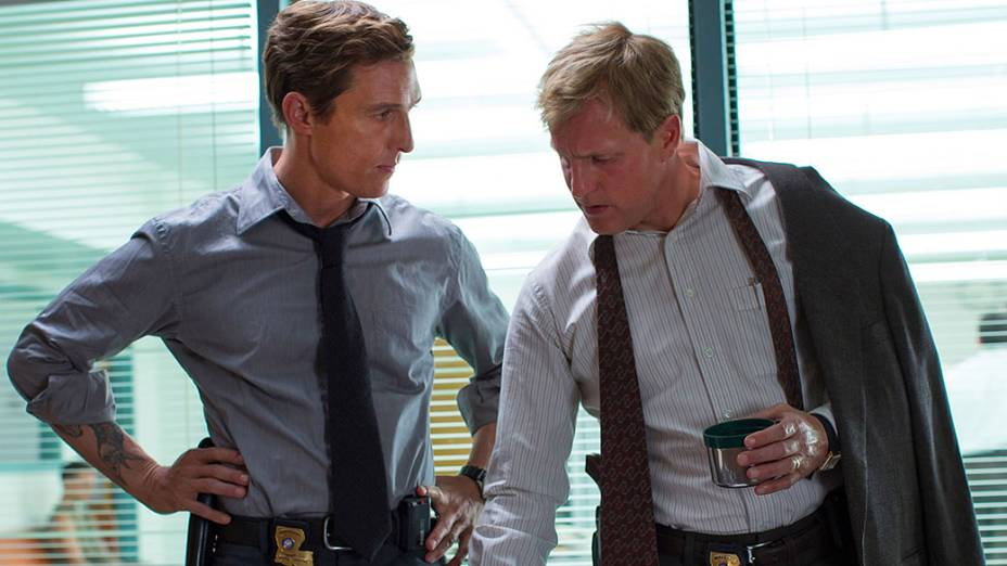 Os atores Matthew Mcconaughey e Woody Harrelson na série True Detective