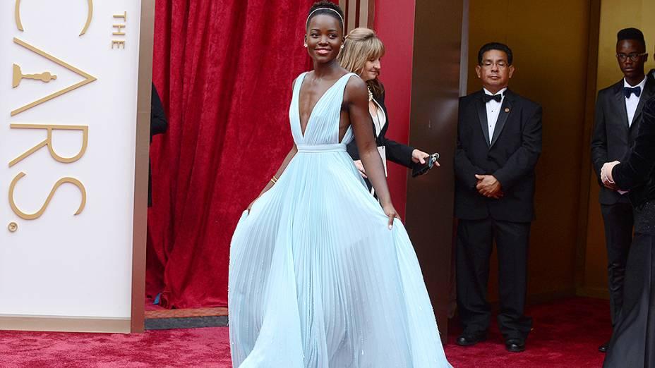 Lupita Nyongo no tapete vermelho da cerimônia do Oscar 2014