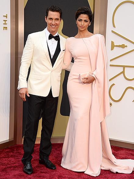 Matthew McConaughey com a esposa Camila Alves, na chegada para a cerimônia do Oscar 2014