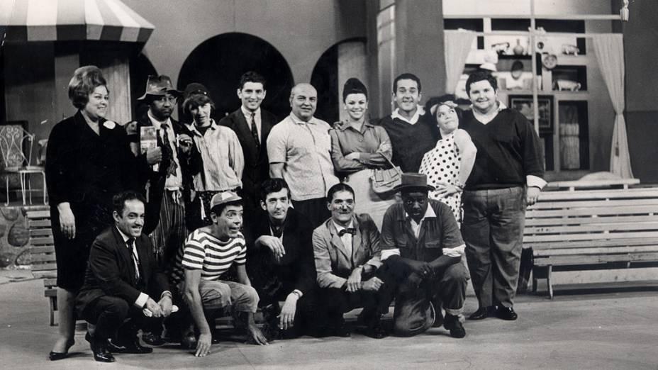 Jô Soares (à dir.) com os integrantes do programa Praça da Alegria, criado por Manoel de Nóbrega para a TV Paulista, estreado em 1953