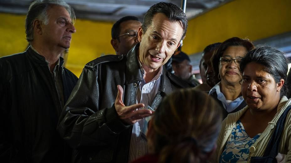 Celso Russomanno, candidato à prefeitura de São Paulo conversa com eleitores