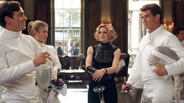 Cena do filme 007 - Um Novo Dia para Morrer (2002). A despedida de Brosnan do papel teve direito até à participação de Madonna no longa