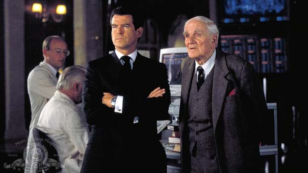 Cena do filme 007 - O Mundo Não É o Bastante (1999). Brosnan deu ar mais certinho a Bond, que passou a tratar melhor as mulheres