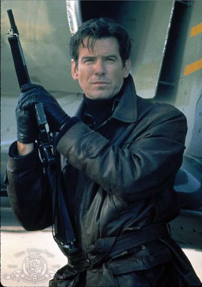 Cena do filme 007 - O Amanhã Nunca Morre (1997). Pierce Brosnan ficaria no papel por quatro filmes, lançados entre 1995 a 2002.