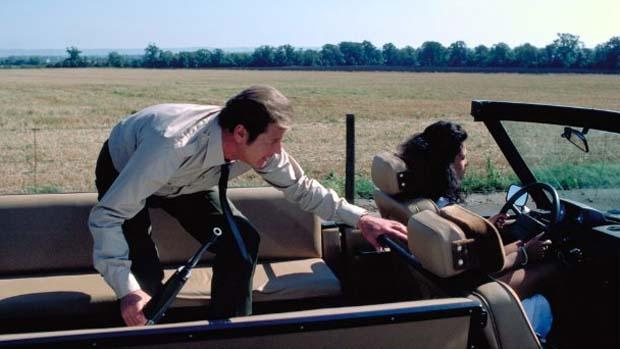 Cena do filme 007 contra Octopussy (1983), com o canastrão Roger Moore