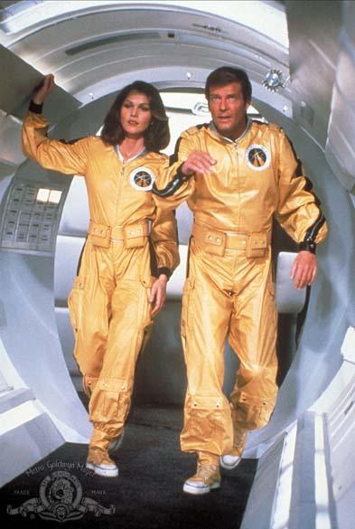 Cena do filme 007 contra o Foguete da Morte (1979). Com a interpretação de Roger Moore, James Bond ganhou tom mais irônico