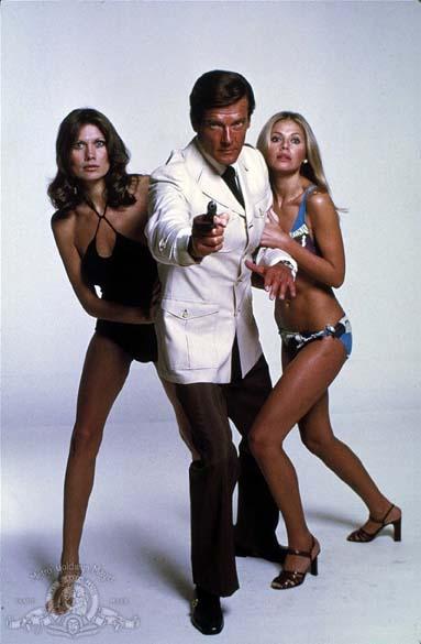 Cena do filme 007 contra o Homem com a Pistola de Ouro (1974), com Moore, que ficou no papel por doze anos