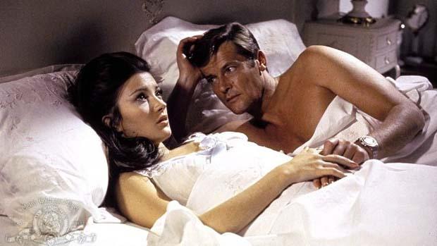 Cena do filme Com 007 Viva e Deixe Morrer (1973). O primeiro dos sete longas com Roger Moore no papel de Bond
