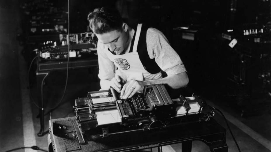1923 - Os cartões perfurados IBM possibilitam projetos em grande escala, como a realização do Censo Americano
