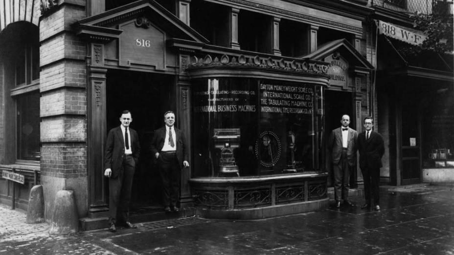 1924 - Com ambições globais, a empresa muda seu nome para International Business Machines e opera, hoje, em 170 países