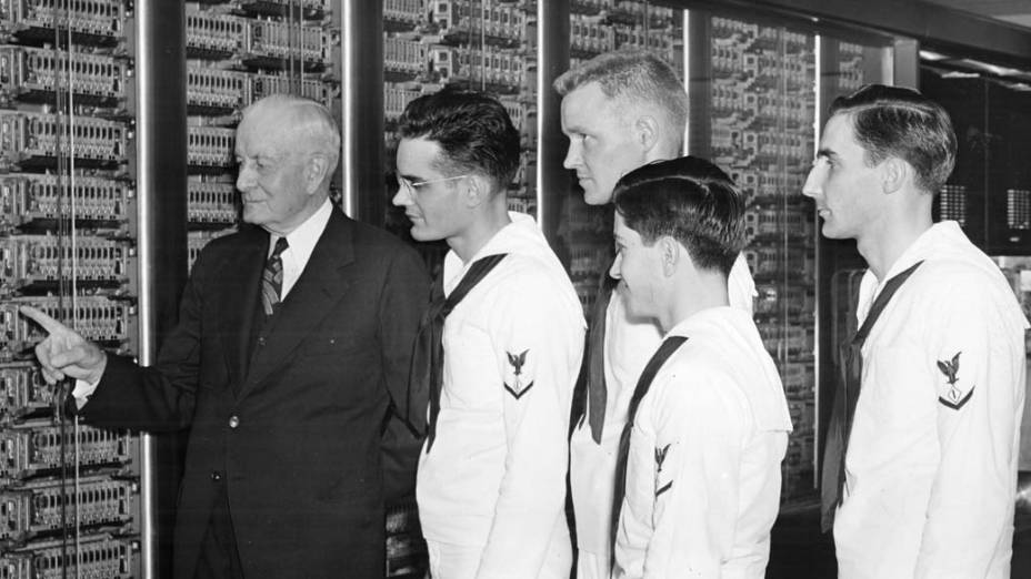 1944 - A calculadora automática sequencial de cinco toneladas da IBM é a primeira máquina capaz de realizar automaticamente cálculos complexos