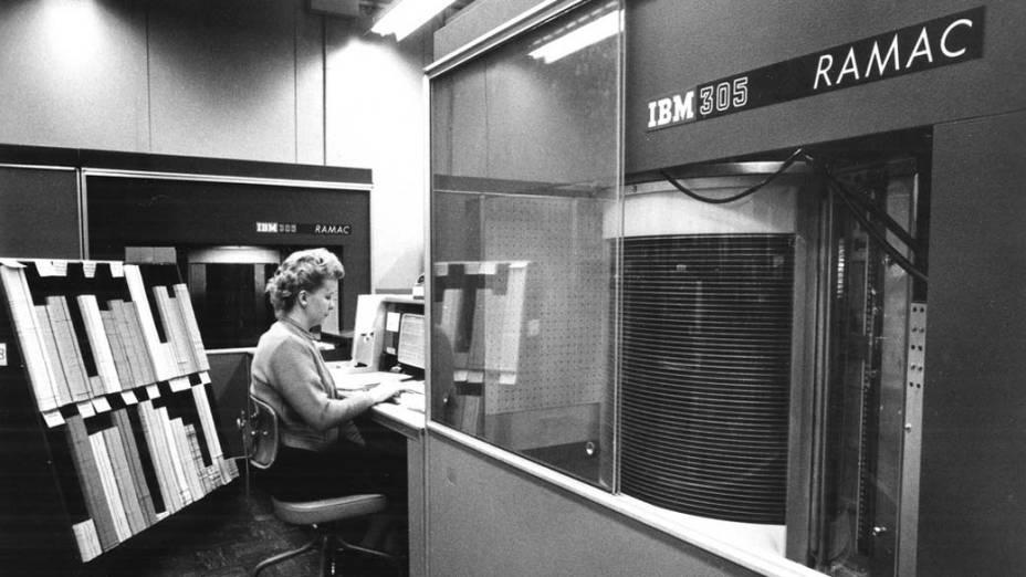1956 - A IBM desenvolve o RAMAC (Random Access Method of Accounting and Control), primeira unidade de disco rígido magnético, dando início à indústria de armazenamento de dados