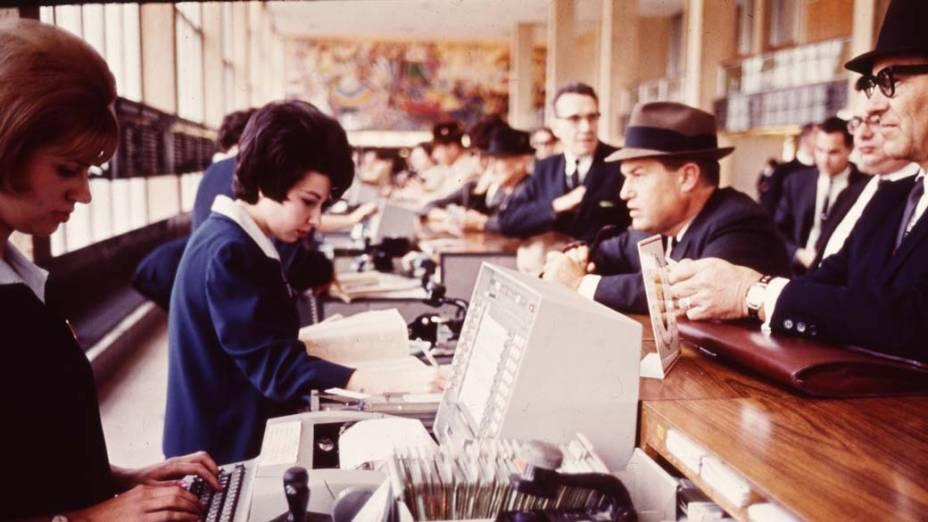 1962 - A IBM e a American Airlines inauguram o primeiro sistema de reserva aeronáutica do mundo, o SABRE, que deu início à era do online banking
