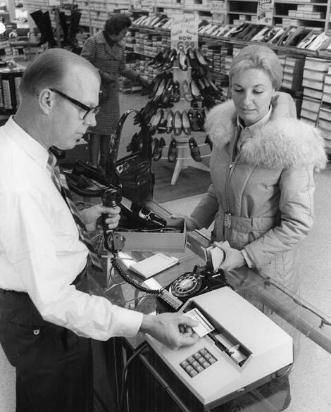 1969 - Criação das linhas magnéticas dos cartões de crédito – ainda onipresente nas carteiras de identidade, licenças de motoristas e nos cartões de banco e crédito