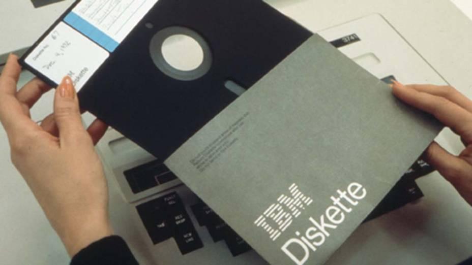 1971 - A IBM cria o disquete, que fez o armazenamento de dados muito mais eficaz e acessível e tornou possível o movimento de revolução do computador pessoal