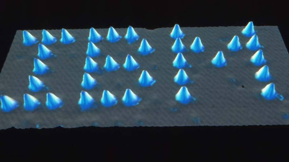 1986 - Cientistas da IBM ganham o Prêmio Nobel pela criação do microscópio de tunelamento (scanning tunnel microscope), mostrando que é possível manipular átomos