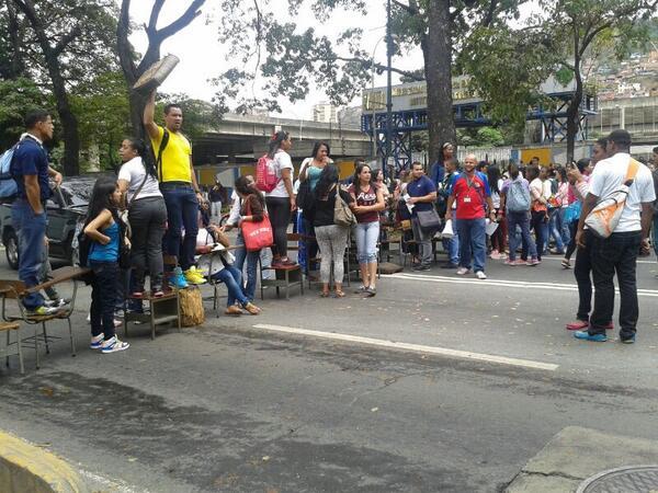 #NoHayPaso. Estudantes e professores fecham a Av. José Antonio Paez, em Caracas