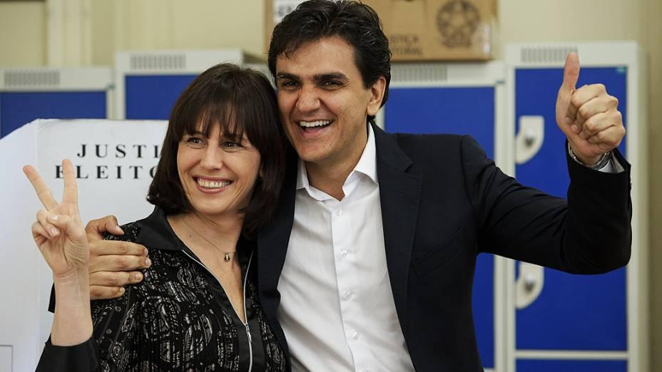 O candidato a prefeito, pelo PMDB, Gabriel Chalita e sua vice Mariana Pinnoti votam no colégio Sion na Avenida Higienópolis