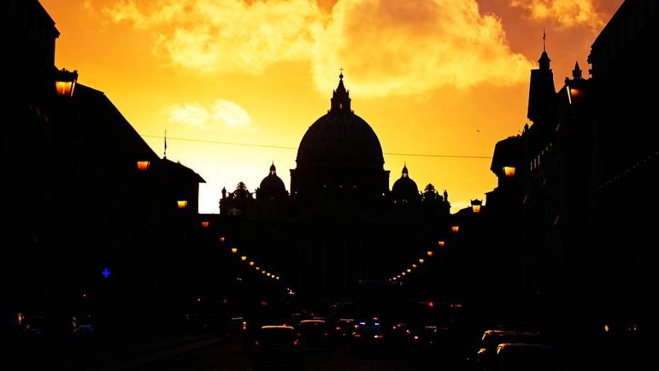 Silhueta da Basílica de São Pedro no Vaticano durante por-do-sol em Roma