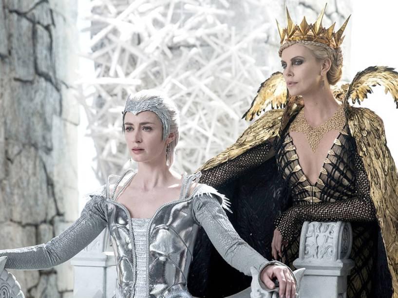 Charlize Theron, a rainha má Ravenna, e Emily Blunt, a rainha do gelo, no filme O Caçador e a Rainha do Gelo