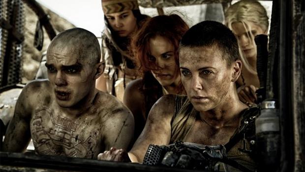 Charlize Theron e Nicholas Hoult em cena do filme Mad Max: Estrada da Fúria