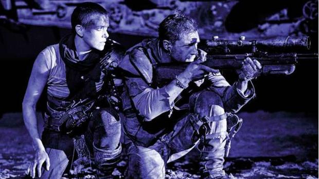 Charlize Theron e Tom Hardy em cena do filme Mad Max: Estrada da Fúria