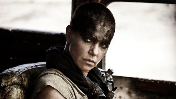 Charlize Theron em cena do filme Mad Max: Estrada da Fúria