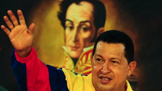 """Chávez anuncia exumação de Bolívar, em 2010: """"Vimos os restos do grande Bolívar, esse esqueleto glorioso, pois se pode sentir sua labareda"""", escreveu Chávez no Twitter"""
