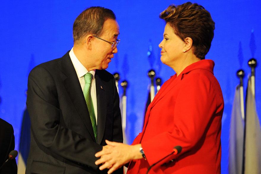 Presidente Dilma Roussef cumprimenta Secretário Geral da ONU, Ban Ki-Moon durante a cerimônia de abertura da Rio+20 para os chefes de estado