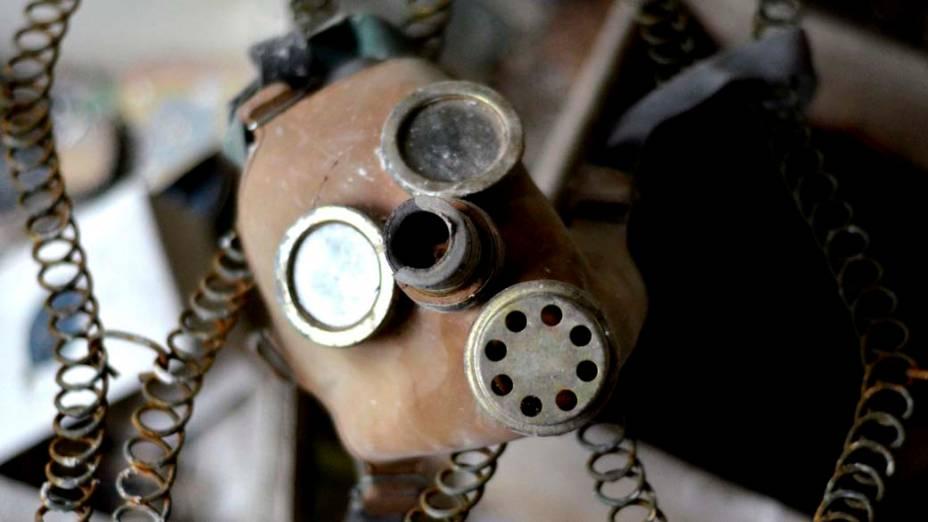 Máscara de gás abandonada na cidade de Pripyat, Ucrânia