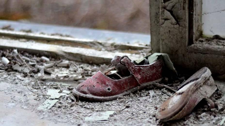 Par de sapatos abandonado na cidade de Pripyat, Ucrânia