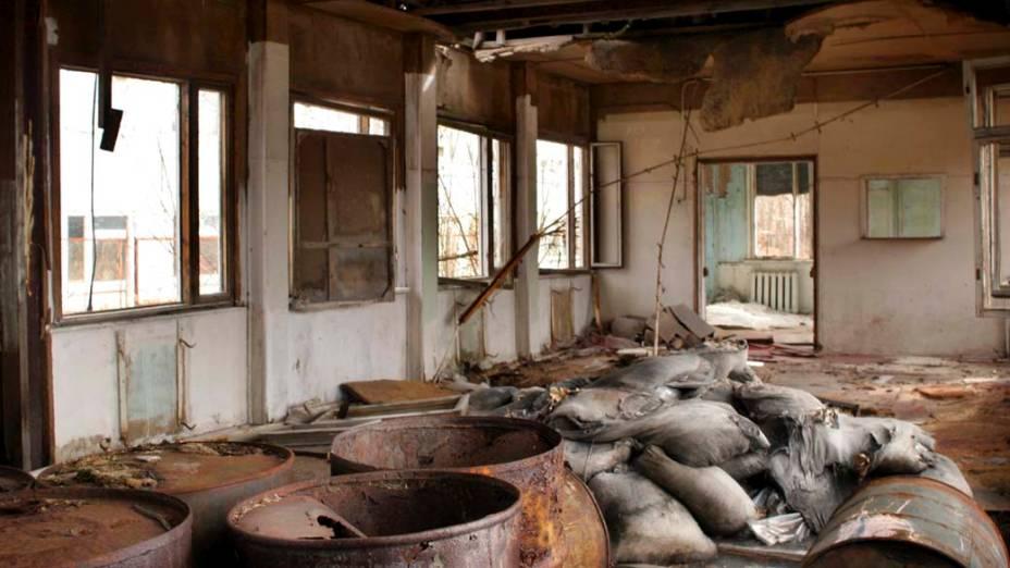 Material de construção abandonado na cidade de Pripyat, Ucrânia