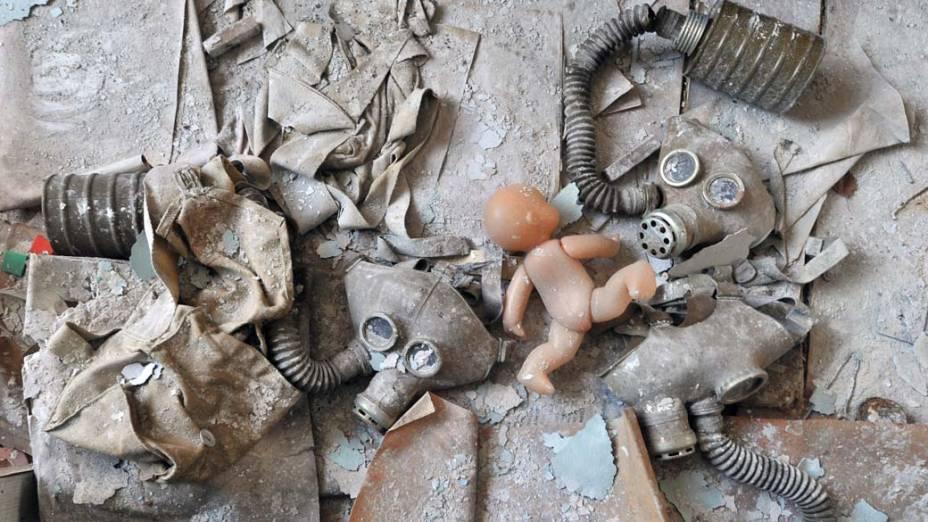 Boneca e máscaras de gás em uma creche abandonada na cidade de Pripyat, Ucrânia