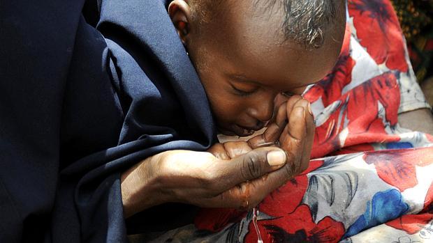 chifre-da-africa-mae-da-agua-ao-filho-no-campo-de-refugiados-de-dadaab-no-quenia-original.jpeg