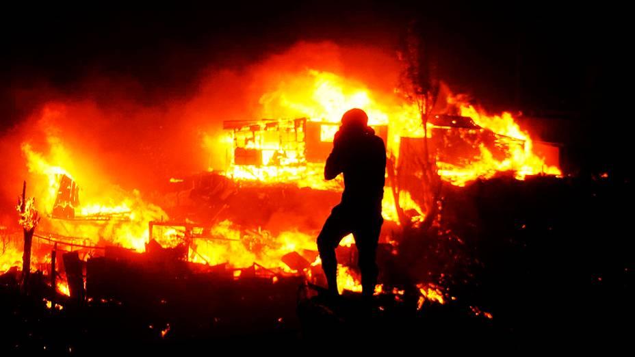 Um incêndio de grandes proporções atingiu a cidade chilena de Valparaíso e deixou onze oito mortos, além de 5 mil evacuados, de acordo com as autoridades