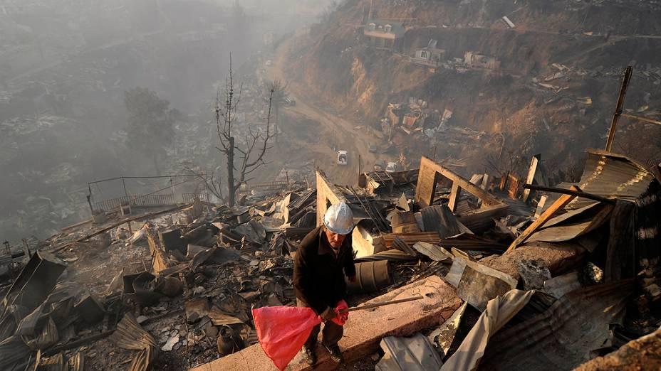Um incêndio de grandes proporções atingiu a cidade chilena de Valparaíso e deixou onze mortos, além de 5 mil evacuados, de acordo com as autoridades