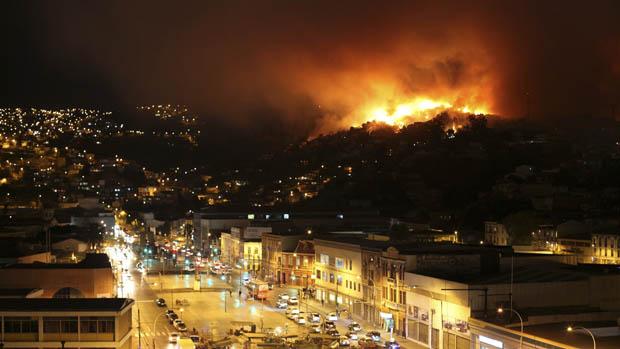 Bombeiros pretendem controlar incêndio em Valparaíso até o início da tarde deste domingo