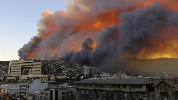 Incêndio em Valparaíso começou em região florestal e acabou atingindo povoados
