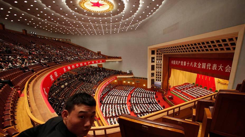 Delegados acompanham discurso do presidente da China, Hun Jintao, durante sessão de abertura do 18 º Congresso Nacional do Partido Comunista