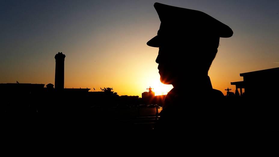 Policial vigia o Grande Salão do Povo, em Pequim, onde o Congresso do Partido Comunista é realizado