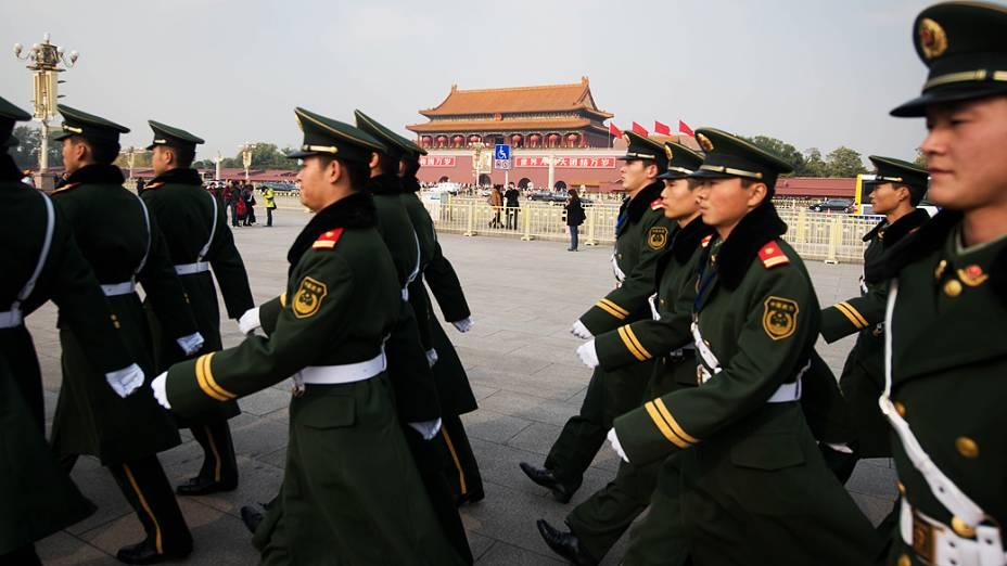 Guardas marcham na Praça da Paz Celestial, na China, em 09/11/2012