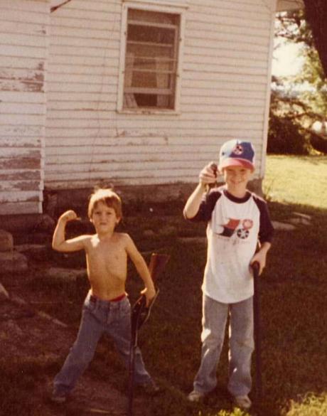 """Chris Kyle (à direita) e o irmão, uma dupla de """"jovens caçadores"""""""