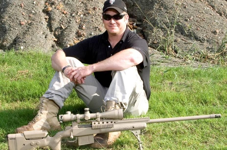 Chris Kyle e o rifle usado por atiradores de elite