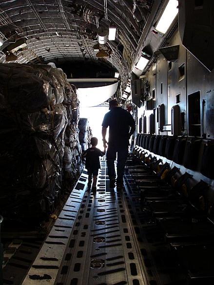 Chris Kyle mostra ao filho o boeing C-17